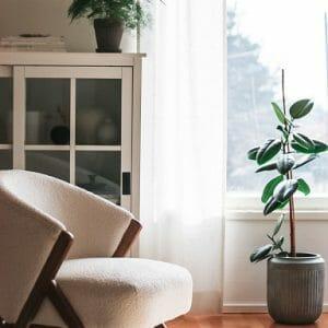 valkoinen pellavaverho ikkunassa. mittatilausverhot netistä restyle ompelimosta. Tehty Suomessa.