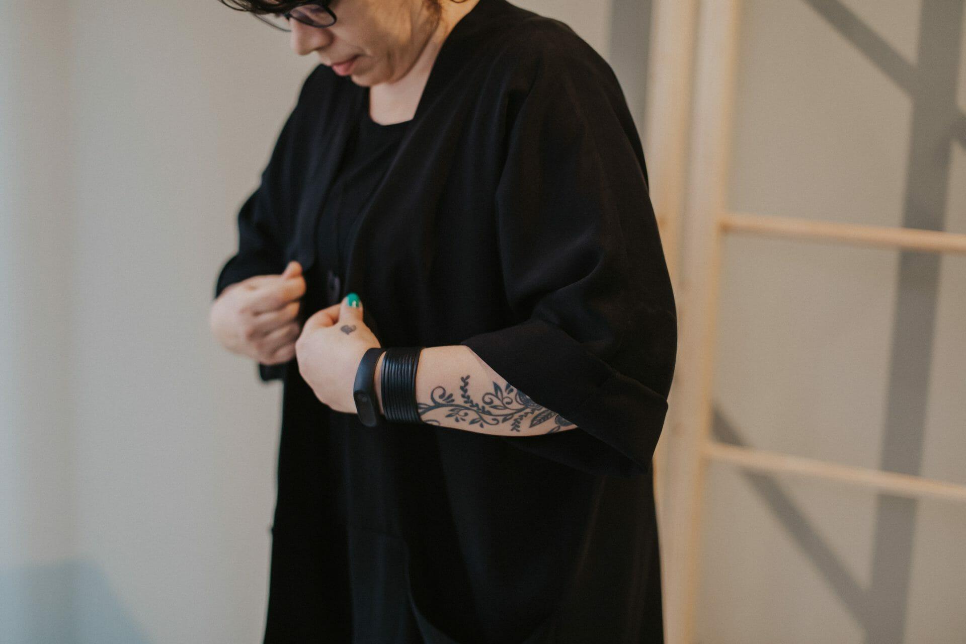 Naisella on yllään musta tencel-kankaasta ommeltu FREJA jakku.