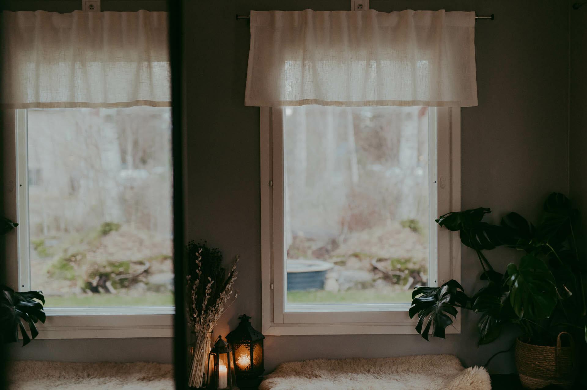 vit linne gardin kappa i fönster.
