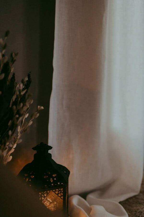Linnegardin hänger i mysigt fönster.