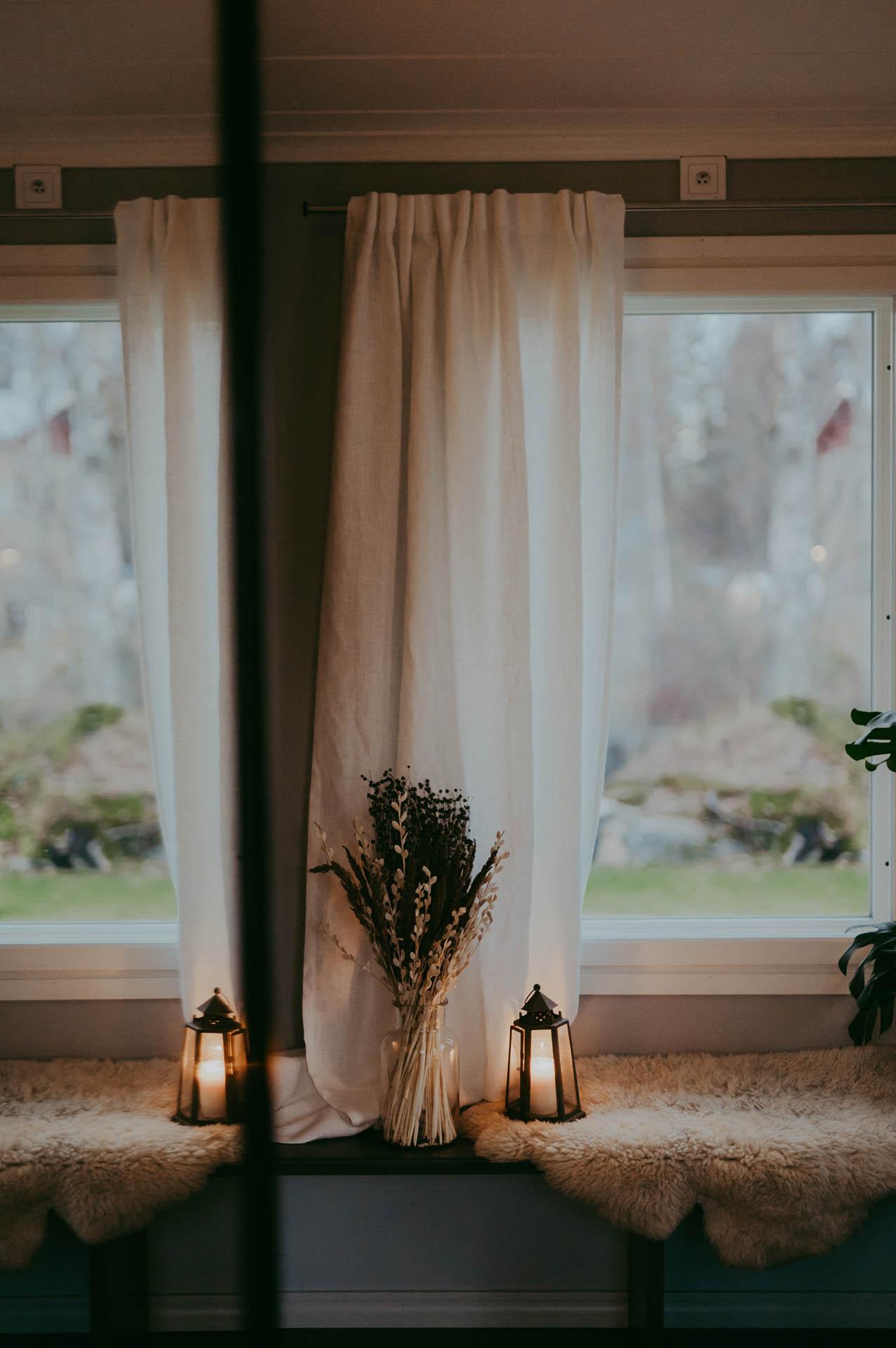 Fodrad gardin hänger i mysigt fönster.