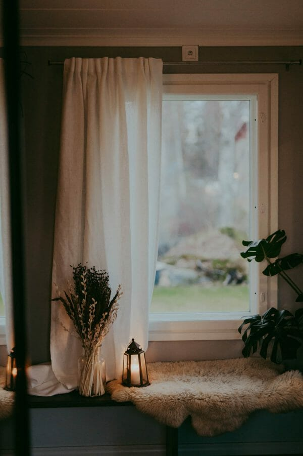 Linnegardin hänger i fönster.