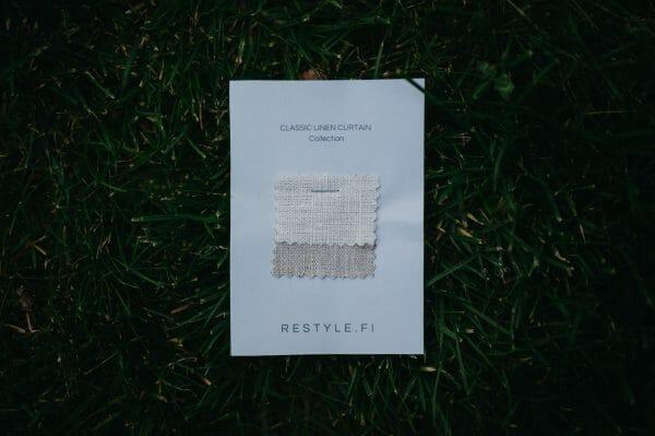 Tygprover på linnetyg som kan beställas före köp av gardiner.